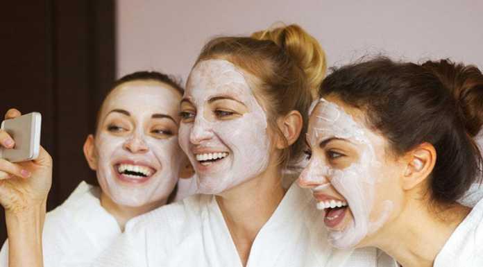 چند خانم در حال استفاده از ماسک صورت برای پوست چرب