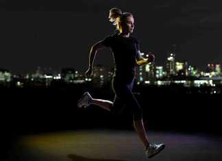 یک خانم در حال دویدن و ورزش کردن در شب