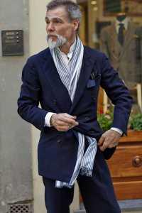 استایل یک آقا با شال گردن با گره مدل ضربدری