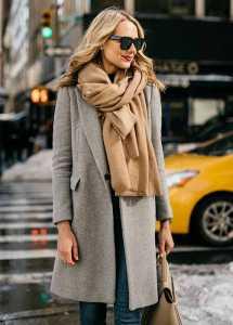 استایل یک خانم با شال گردن با گره مدل پاریسی