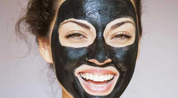 یک خانم در حال استفاده از ماسک زغال