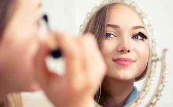 یک خانم در حال انجام یک آرایش 5 دقیقه ای