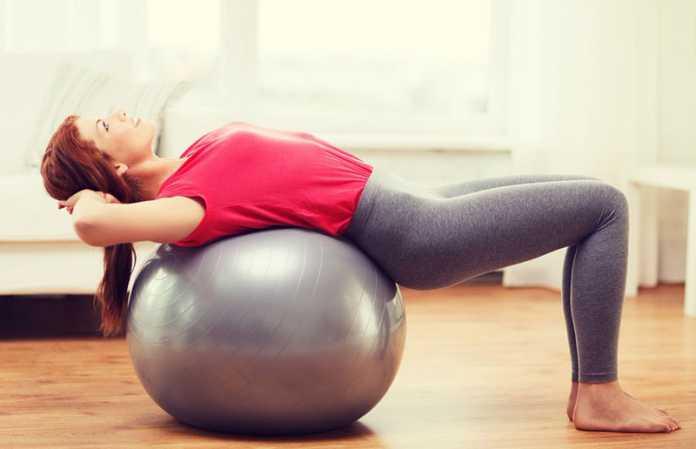 یک خانم در حال انجام ورزش پیلاتس