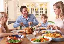 یک خانواده در حال خوردن غذای شب عید