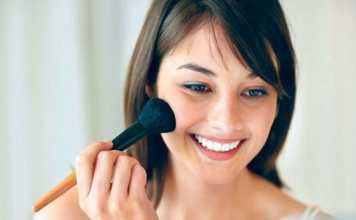 یک خانم در حال آرایش کردن برای مهمانی
