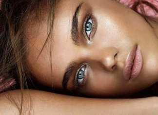 صورت یک خانم با پوست تیره و چشمان آبی