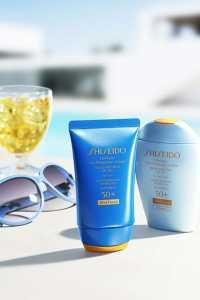 کرم ضد آفتاب در کنار عینک آفتابی