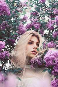 دختری در میان گل های بنفش