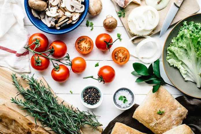 انواع خوراکی های مفید روی یک میز
