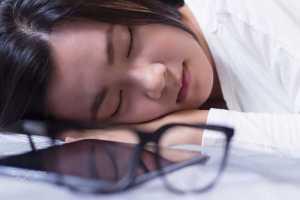 فردی مبتلا به کم خوابی