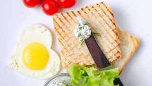 نان و پنیر و تخم مرغ برای صبحانه