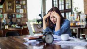 فردی با سر درد ناشی از استرس