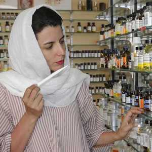 لیلا حاتمی در حال تست بوی عطر