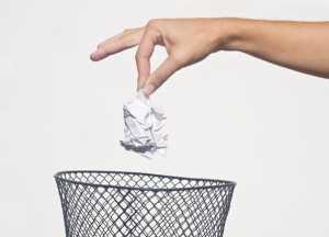 فردی در حال انداختن دستمال کاغذی در سطح