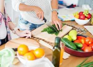 فردی در حال خرد کردن سبزیجات