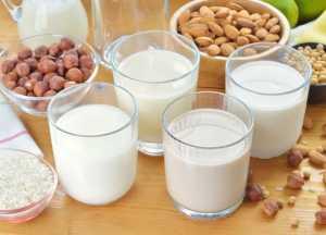 چند لیوان شیر در کنار مغزهای خوراکی