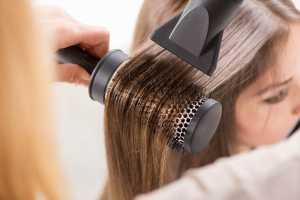 سشوار کردن موی یک خانم