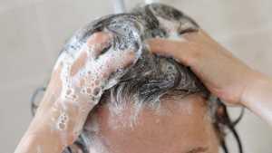 یک خانم در حال شستن موهای کفی
