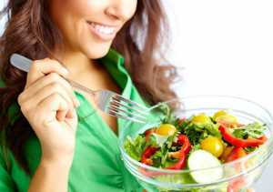 یک خانم در حال خوردن سبزیجات