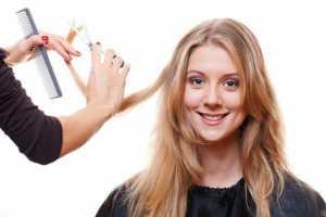 یک خانم در حال حالت دادن به مو