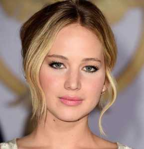 صورت یک خانم با چشم های پف دار و موهای بلوند
