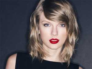 تیلور سوییفت با موهای بلوند چشم های ریز آبی و رژلب قرمز
