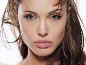 آنجلینا جولی با موهای قهوه ای و چشم های رو به بالا