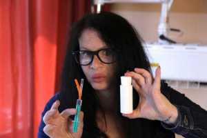 هنرپیشه آلمانی در حال تزریق کردن باکتری 3.5 میلیون ساله باسیل