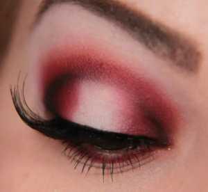 سایه چشم غلیظ سرخ