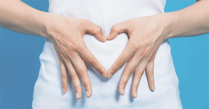 شکم یک خانم و دستهای او به شکل قلب