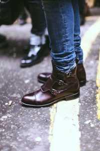 پاهای یک آقا با شلوار جین و کفش قهوه ای