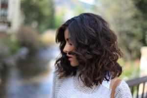 نیمرخ یک خانم با موهای کوتاه فر مشکی