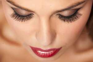 صورت یک خانم با آرایش و مژه مصنوعی