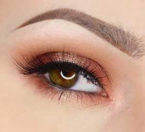 آرایش چشم یک خانم با چشم های قهوه ای