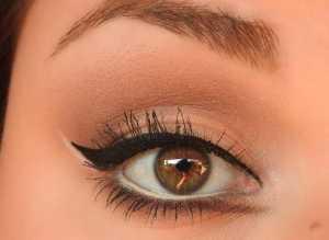 چشم یک خانم با خط چشم مشکی و سفید