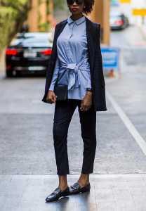 یک خانم با پیراهن آبی رنگ و شلوار کوتاه تنگ