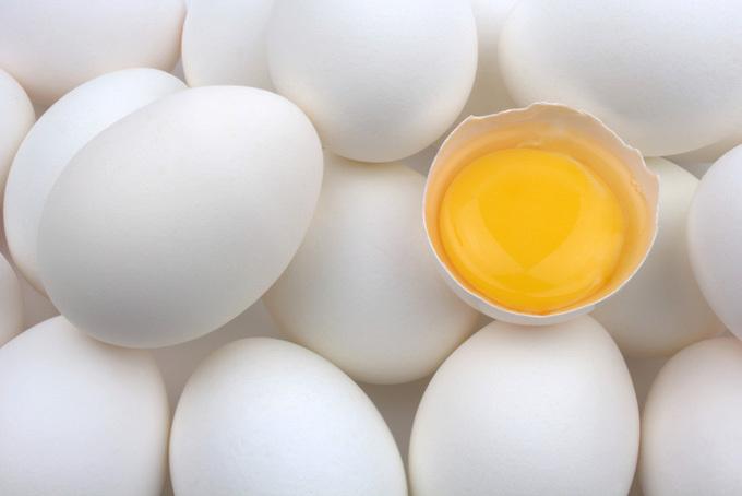 چندین تخم مرغ با پوست و یک زرده تخم مرغ