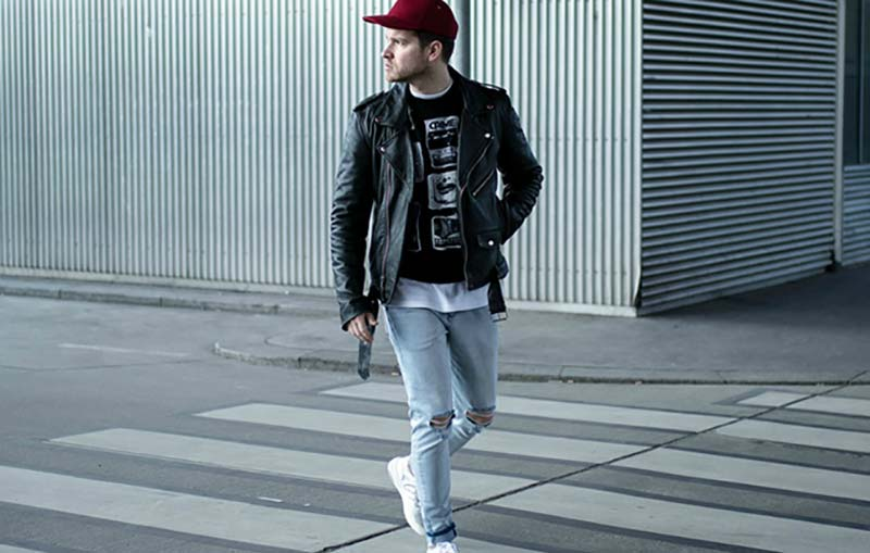 استایل یک آقا در خیابان با کت چرم مشکی و شلوار جین پاره
