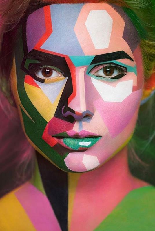 مدل آرایش هالووین یک خانم که کل صورت خود را رنگی کرده است
