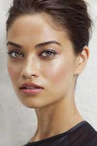 یک خانم با آرایش ساده