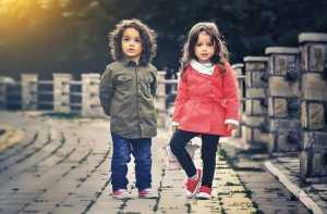 دو کودک با لباس های زیبا