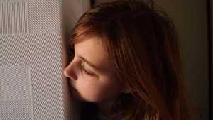 یک کودک که از پشت دیوار درحال تماشا می باشد