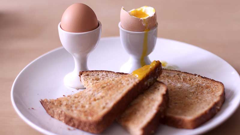 تخم مرغ و نان برای صبحانه