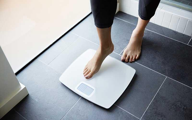 استفاده از ترازو برای اندازه گیری میزان پیشرفت در کاهش وزن