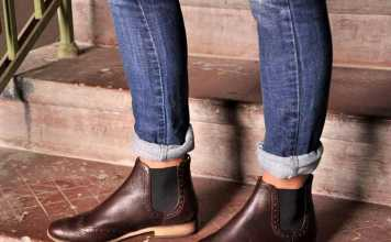 پاهای یک خانم با شلوار جین و نیم بوت زنانه
