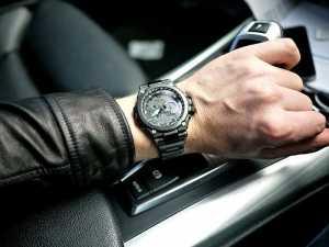 دست یک آقا با یک ساعت مچس مشکی گرد