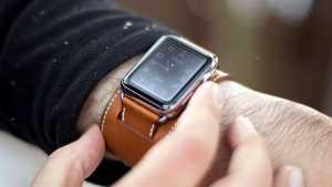 دست یک آقا با ساعت مچی قهوه ای
