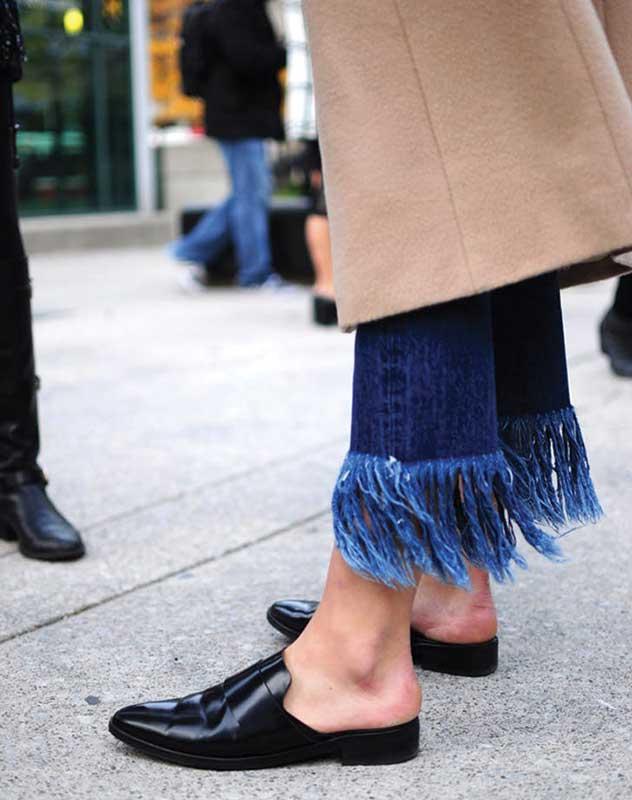 پاهای یک خانم با شلوار جین ریش دار