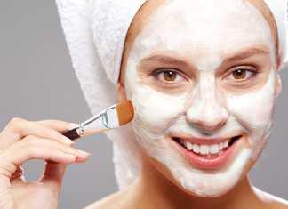 یک خانم در حال استفاده از ماسک صورت خانگی