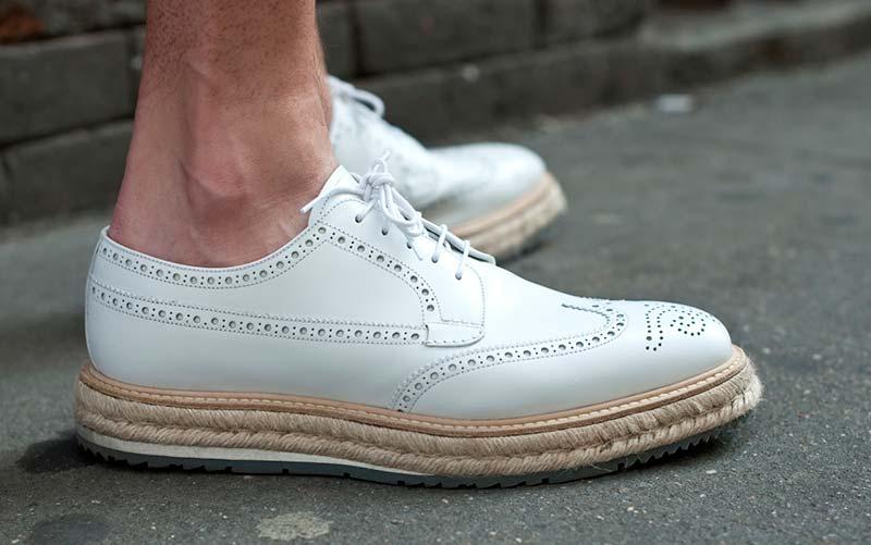 پاهای یک آقا با کفش سفید